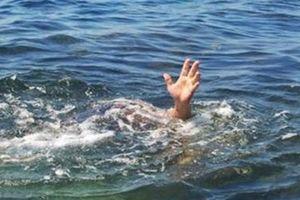 2 học sinh bị sóng cuốn mất tích khi tắm biển
