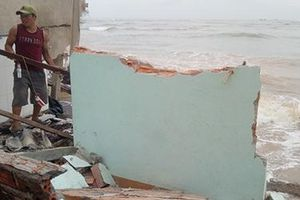 Sóng đánh sập nhiều nhà dân ở xã Tịnh Khê