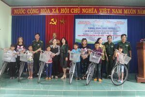 Trao quà, học bổng cho học sinh và hội viên phụ nữ nghèo trên biên giới Đắk Lắk