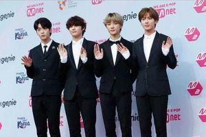 TXT liên tục 'ghi điểm' trong lòng fan hâm mộ tại MGMA: Tình đoàn kết dù thiếu 1 thành viên. Thể hiện sự tôn trọng với nhóm nhạc đàn anh BTS