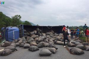 Xe tải lật ngang gây ách tắc trên cao tốc Nội Bài - Lào Cai
