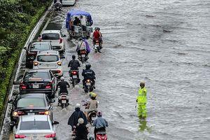 Phố biến thành sông, CSGT Hà Nội thành 'cột mốc' sống giữa mênh mông nước
