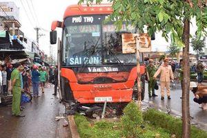 Tránh xe máy qua đường, xe khách lao vào chợ tông chết 4 người