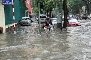 Hà Nội ngập lụt, cây đổ, sạt lở đê do ảnh hưởng bão số 3
