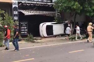 Xe 'điên' lao lên vỉa hè, 2 người bị thương