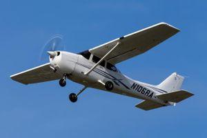 Nữ sinh bỗng xô cửa máy bay lao xuống từ độ cao hơn 1.000m