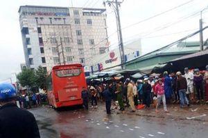Gia Lai: Xe khách mất lái lao vào ven đường, 5 người thương vong