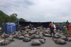 Cao tốc Nội Bài - Lào Cai ách tắc nhiều giờ vì lật xe chở chè