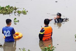 Thanh niên nghi ngáo đá nhảy xuống sông mất tích