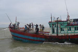Nhiều tàu cá đánh bắt xa bờ bị hỏng máy trên vùng biển Quảng Ngãi