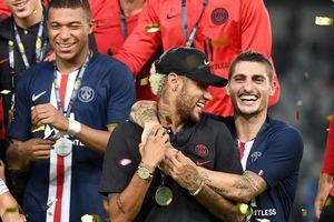 Mbappe đẩy Neymar ra khỏi lễ ăn mừng của PSG