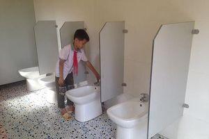 Trường học không có người quét dọn, nhà vệ sinh sẽ thế nào?