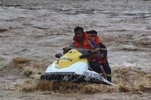 Đã tiếp cận được bản Sa Ná, huyện Quan Sơn, Thanh Hóa sau nhiều giờ bị lũ lớn cô lập
