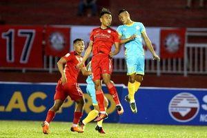 Thua sốc đội bét bảng, TP.HCM 'dâng' ngôi đầu V-League cho Hà Nội