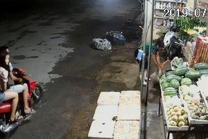 Video ghi lại cảnh đôi nam nữ Nghệ An trộm túi xách trong tiệm tạp hóa
