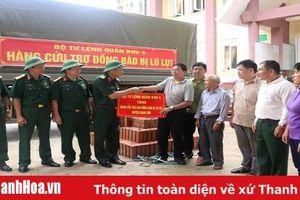 Bộ Tư lệnh Quân khu 4 thăm, tặng quà cho đồng bào vùng lũ