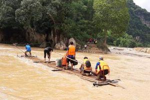 Dùng bè mảng đưa lương thực ứng cứu hàng chục hộ dân bị cô lập ở Sa Ná
