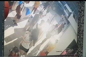 Camera ghi lại khoảnh khắc bé trai 6 tuổi được bế ra khỏi xe đưa đón của trường khi đã bất tỉnh
