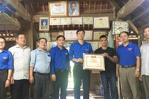 Tặng bằng khen cho 'người hùng' cứu người trong lũ ở Thanh Hóa