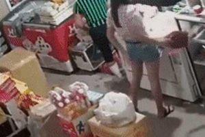 Clip: Cặp 'vợ chồng' trộm túi xách nhanh như chảo chớp ở tiệm tạp hóa rồi bỏ trốn
