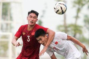 Trung vệ U22 Việt Nam 'kẹp cổ' đàn em ở trận đấu tập chuẩn bị cho SEA Games 30