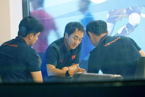 3 trợ lý của thầy Park tranh thủ trao đổi ngay tại quán cafe
