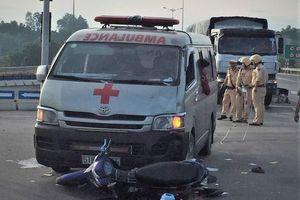 Xe cứu thương chở quan tài đâm xe máy, 2 người cấp cứu