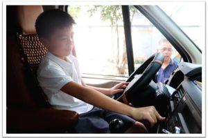 Dạy học sinh kỹ năng thoát hiểm trên xe ô tô