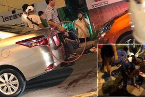 Côn đồ run rẩy sau khi tông đuôi ô tô còn cầm dao đâm gục tài xế ở Hà Nội