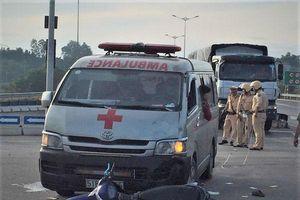 Xe cứu thương chở quan tài đâm xe máy, 2 người nguy kịch