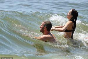 Kiều nữ '50 sắc thái' tái hợp tình cũ, vô tư vui đùa trên sóng nước
