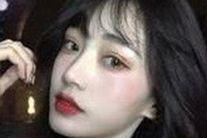 Hot girl 58 tuổi có nguy cơ bị kiện vì tội lừa đảo... nhan sắc, vẫn tiếp tục livestream PR sau khi lộ nguyên hình là bà cô già