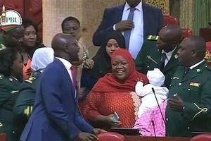 Nghị sĩ Kenya bị quốc hội mời ra ngoài vì mang con theo họp