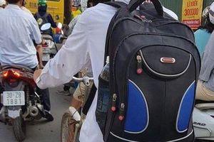 Xúc động hình ảnh nam nghèo túi to túi nhỏ, đạp xe lên phố nhập học