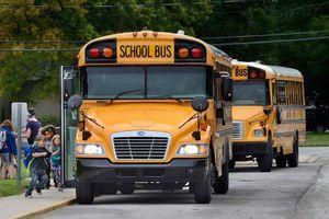 Những hiểm họa rình rập trẻ tham gia xe buýt trường học