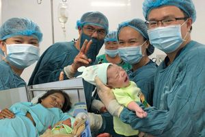 Bác sĩ bỏ mặc 'quy trình', quyết mổ để cứu sống hai mẹ con