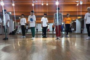 X1 phát hành video vũ đạo bài hát đầu tay: Kim Woo Seok bất ngờ nổi bật hơn 'center' Kim Yo Han