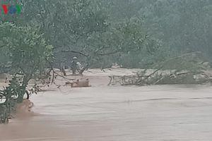 Nhà dân ngập sâu, cầu bị cuốn trôi vì mưa lũ