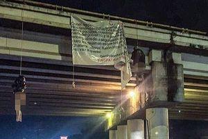 Băng đảng ma túy giết 19 người, treo xác trên cầu vượt