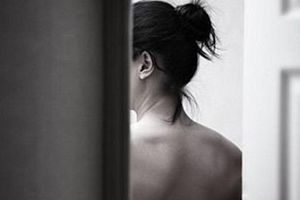 Cô gái khỏa thân trong nhà nghỉ bị nhân viên lau dọn tống tiền