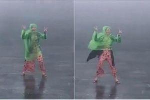 Cười té ghế với 'chiêu độc' cô gái bày trò khi đi du lịch ngày mưa gió