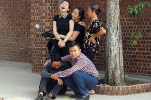 Bố học sinh trường Gateway tử vong bật khóc: Hai vợ chồng không biết bấu víu vào đâu