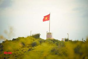 Cờ Tổ quốc hiên ngang trên Cột cờ chủ quyền đảo Phú Quý