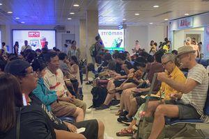 Người già, trẻ nhỏ 'chôn chân' ở sân bay Tân Sơn Nhất vì cơn 'đại hồng thủy' tại Phú Quốc
