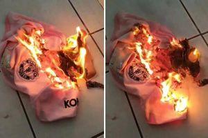 Fan M.U đốt áo tẩy chay Ed Woodward vì biến đội bóng thành trò cười