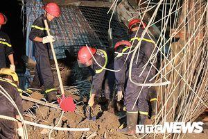 Cảnh sát xuyên đêm tìm kiếm nạn nhân bị vùi lấp sau vụ sập giàn giáo cây xăng ở Hải Phòng
