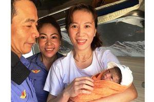 Một hành khách sinh 'mẹ tròn con vuông' trên tàu SE12