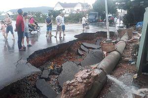 Phú Quốc nước rút dần nhưng còn nơi ngập ngang ngực: Người dân đang trở về nhà