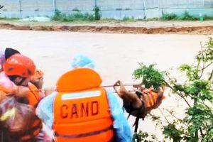 Băng qua nước xiết giải cứu gần trăm người dân bị cô lập