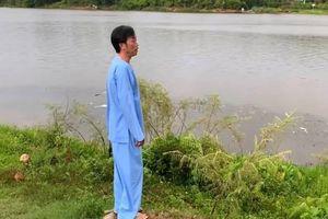 Hoài Linh gây thích thú khi gọi đò bên bờ sông Hương